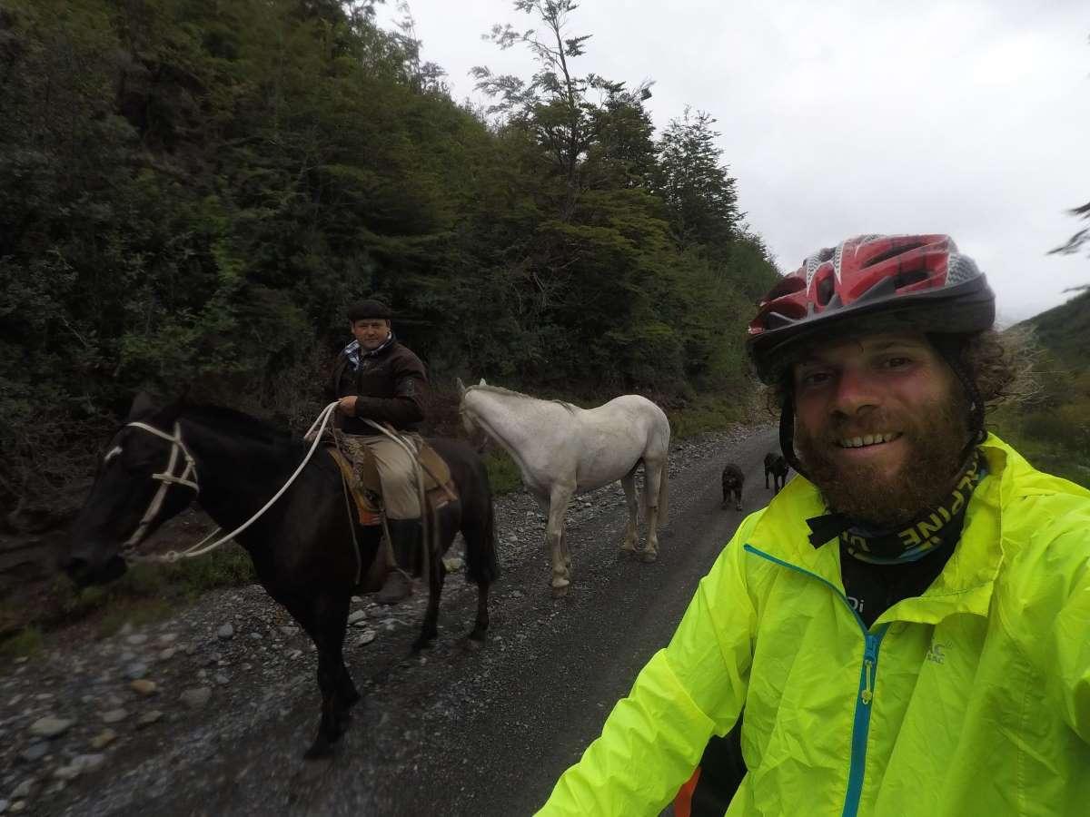 Carretera Austral pedalando con un abitante di Caleta Tortel